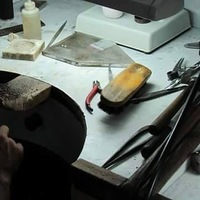 À l'atelier on prépare de nombreuses nouveautés pour cette belle année 2019. ⠀⠀ Chaque bijou est réalisé à la main dans les règles de l'art, par le talent des artisans présents à chaque étape de la création du bijou.  Dessiné par la créatrice à l'atelier dans les Landes, puis fabriqué à Jaipur en Inde dans le respect d'une charte éthique.  Pour ensuite être plaqué chez un doreur parisien où les plus grandes marques françaises se donnent rendez-vous près de la place Vendôme.  Lors de la dernière étape, le bijou retourne dans les mains de la créatrice pour être finalisé à l'atelier. 💋 #sathynebijoux #atelierbijoux #creatricedebijoux #handmadejewelry #india #paris #bijouxcreateur #hossegor