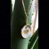 Une nouveauté vient d'arriver sur la boutique en ligne... ⠀⠀ Collier LOVE, plaqué or et nacre ⠀⠀ Inspiré des ex-voto mexicain, offrir ou s'offrir ce bijou, c'est réalisé un souhait !! ⠀⠀ vous connaissez la signification des ex-voto? ⠀⠀ La longueur de la chaîne est de 45cm mais peut-être rallongée de 5 cm supplémentaire, pour pouvoir s'adapter à votre tenue. ⠀⠀ #sathyne #createurfrancais #bijouxcreateur #sathynebijoux #bijoux #bijouterie #hossegor #biarritz #eshop #collier #exvoto #nacre #saintvalentin #stvalentin #ipreview via @preview.app